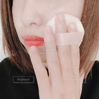 自分撮りを取るピンクの髪を持つ女性のクローズアップの写真・画像素材[2782541]