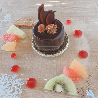 テーブルの上にフルーツを入れたケーキの写真・画像素材[2802459]
