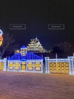 夜にライトアップされた都市の写真・画像素材[2824442]