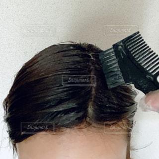 毛染めを自撮りする女性の写真・画像素材[2877408]