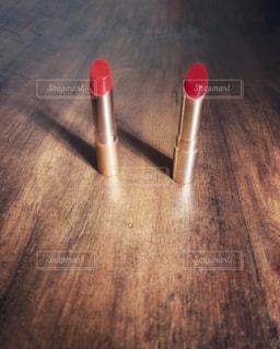 赤とピンク色の口紅の写真・画像素材[2916342]