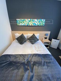 部屋に座っている大きなベッドの写真・画像素材[3035847]