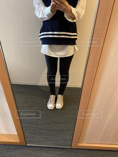 部屋に立っている女性の写真・画像素材[3038236]