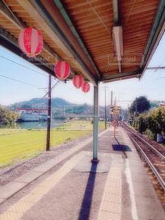 列車が道路の脇に停まっているの写真・画像素材[3051966]