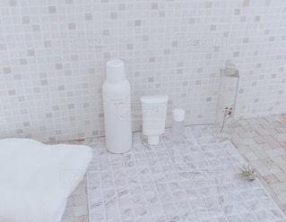 白いタイル張りの壁のクローズアップの写真・画像素材[3073872]