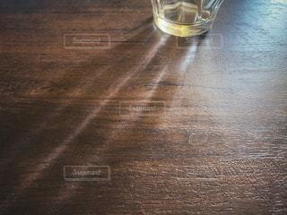 グラスの影の写真・画像素材[3084562]