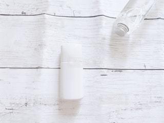 白色のファンデーションのボトルの写真・画像素材[3107584]