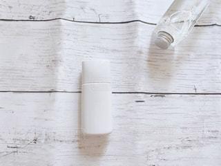 白いボトルのクローズアップの写真・画像素材[3107585]