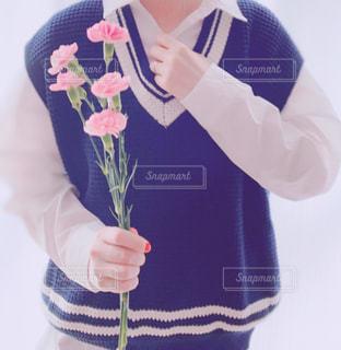 青と白のシャツを持つ手の写真・画像素材[3140676]