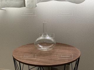 テーブルの上にガラスボトルの写真・画像素材[3401688]