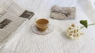 テーブルの上にコーヒーを一杯入れるの写真・画像素材[3542889]