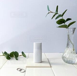 テーブルの上の花瓶に花束の写真・画像素材[3623525]