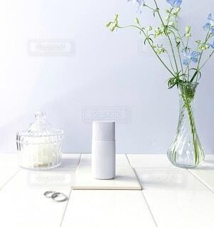 テーブルの上に花の花瓶の写真・画像素材[3623526]