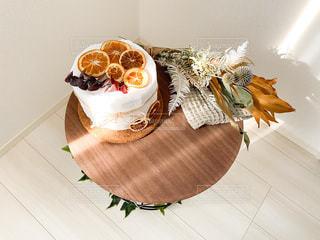 木製のテーブルの上に座っているバナナの写真・画像素材[3632987]