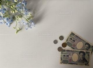 テーブルの上に花の花瓶の写真・画像素材[3641667]