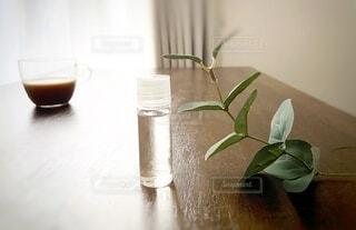 テーブルの上に座っている花の花瓶の写真・画像素材[3649394]