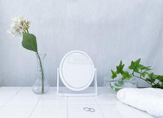 テーブルの上に花の花瓶の写真・画像素材[3656907]