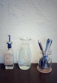 テーブルの上のガラス瓶のグループの写真・画像素材[3977634]