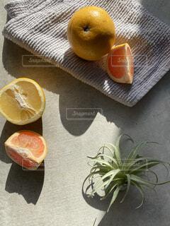 テーブルの上に座っているオレンジ2個の写真・画像素材[4274519]