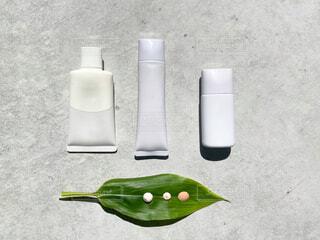 テーブルの上にプラスチック製の水筒の写真・画像素材[4347032]