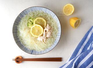 食べ物の皿をテーブルの上に置くの写真・画像素材[4578118]