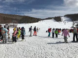 雪の中に立っている人々のグループの写真・画像素材[2371888]
