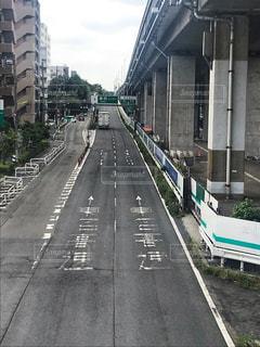 列車は道路の脇に停車するの写真・画像素材[2404833]
