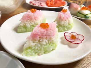 テーブルの上に異なる種類の食べ物をトッピングした白い皿の写真・画像素材[2374409]