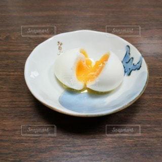 シンプル半熟卵の写真・画像素材[2370588]