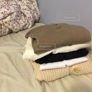 ベッドの上の服の写真・画像素材[2371900]