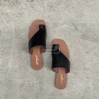 青と赤の靴を履いた足の写真・画像素材[3354149]