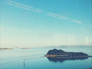 電車から見える海の写真・画像素材[2373247]