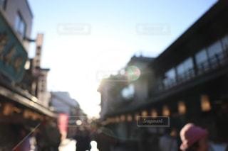 空も街も人も眩しいの写真・画像素材[2429562]