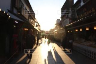 夕日が射し込む通りの写真・画像素材[2429586]