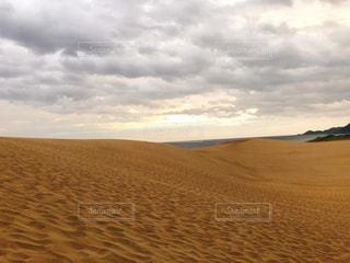 浜辺の砂の中の雲の写真・画像素材[2374505]
