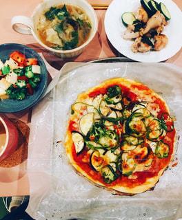 お皿の上のピザの写真・画像素材[2375582]