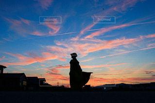 夕陽とワンピースの写真・画像素材[2901923]