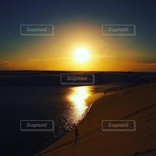 水辺の夕日の写真・画像素材[2376223]