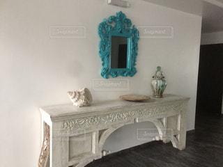 テーブルの上に家具と花瓶で満たされた部屋の写真・画像素材[2377299]