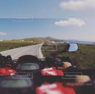 山の脇に駐車した車の写真・画像素材[2465804]