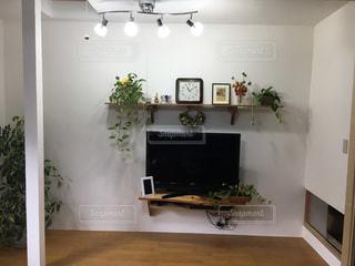 白い壁のテレビのある部屋の写真・画像素材[2376650]