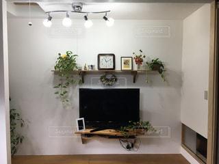 テーブルの上に家具と花瓶で満たされた部屋の写真・画像素材[2376651]