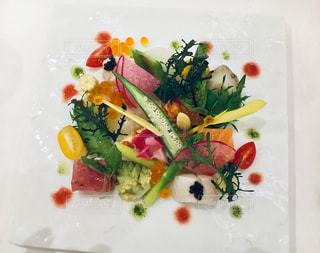 テーブルの上の食べ物の皿の写真・画像素材[2493393]