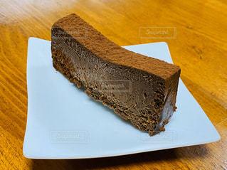 木製のテーブルの上に座っているケーキの写真・画像素材[2959937]