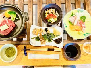 テーブルの上の食べ物のボウルの写真・画像素材[2376997]