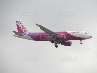 福岡空港に着陸くるPEACH A320の写真・画像素材[2380902]