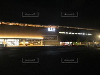 夜にライトアップされた熊本駅の写真・画像素材[2380912]