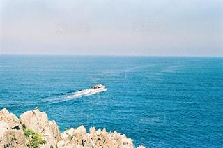 潔く進む遊覧船の写真・画像素材[2377994]