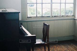 部屋の中のピアノの写真・画像素材[2379650]