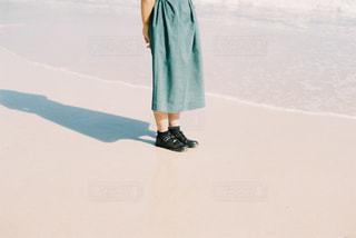 伸びる影、綺麗な砂浜の写真・画像素材[2713380]